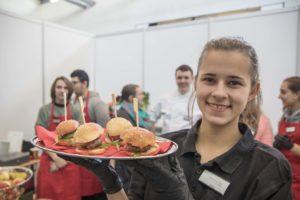 Die 14-jährige Anna von der SchüFi präsentiert die beliebten Mini-Hamburger von - sogar der Ketchup ist selbstgemacht. Foto: Hannes Lintschnig