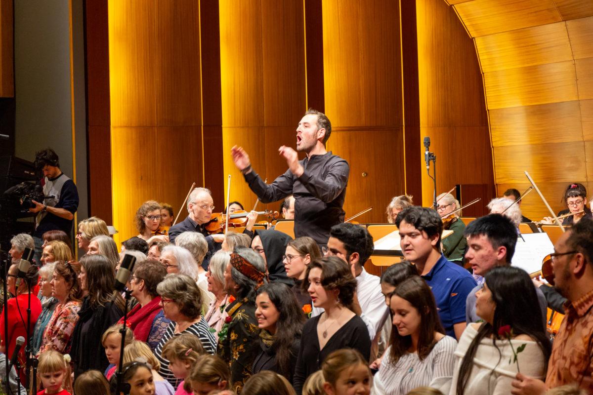 MovING Music: Schülerinnen und Schüler aus internationaler Vorbereitungsklasse singen mit Symphonikern in der Laeiszhalle