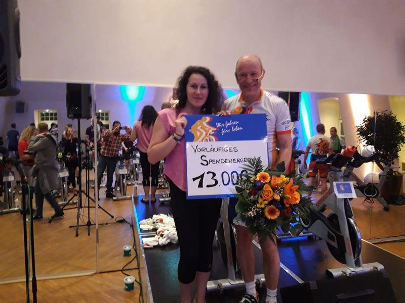 """Spinning-Marathon """"Wir fahren fürs Leben"""" – 13 000 Euro Spende für Berufsorientierungs-Team"""